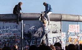 Началось разрушение Берлинской стены. ...